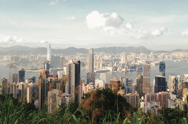 跟台灣的好山好水不太一樣,香港的郊野公園概念來自殖民地時期,1975年當時的港督麥理浩將香港40%的土地列為郊野公園,並透過立法限定郊野公園不准開發。公園主要功能是保護自然生態,當中亦仔細規劃了不少山徑如知名的港島徑、以昔日港督命名的衛奕信徑、麥理浩徑等,有不少亦是圍繞水塘(即台灣的水庫)而建,去年我回港休息,做得最多的事,就是在住了二十多年香港島的郊野漫遊。